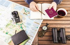 在旅行计划期间,供以人员检查护照 免版税库存照片
