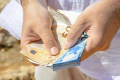 在旅途上计数现金金钱 库存照片