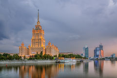 在旅馆乌克兰上的阴暗天空在莫斯科夜 免版税库存照片