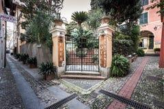 在旅馆入口的美好的门在菲诺港镇,意大利 免版税图库摄影