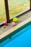 在旅馆关闭的游泳池 免版税库存照片