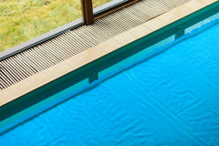 在旅馆关闭的游泳池 免版税库存图片