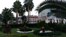 在旅馆前面的美丽的庭院 库存图片