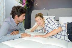 在旅馆卧室的年轻夫妇约会 库存图片