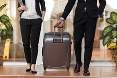 在旅馆大厅、买卖人小组人和妇女客人的企业夫妇到达 库存图片