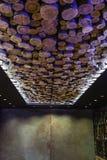 在旅馆大厅的异常的现代天花板由Cutted森林制成 库存照片