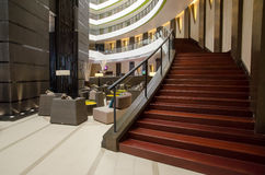 在旅馆大厅的楼梯 库存照片