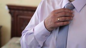 在旅馆客房男服一条领带 股票视频