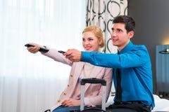 在旅馆客房结合与遥控的交换的电视 免版税库存照片