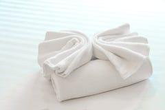 在旅馆床上的毛巾 免版税图库摄影