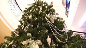 在旅馆或餐馆,圣诞树的大厅的大圣诞树在大理石的背景的大厅里 股票视频