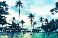 在旅馆手段的美丽的豪华游泳池与剪影u 库存图片