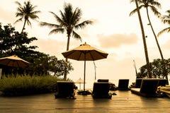 在旅馆手段的美丽的豪华游泳池与剪影u 免版税库存图片