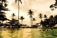 在旅馆手段的美丽的豪华游泳池与剪影u 免版税库存照片