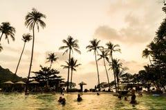 在旅馆手段的美丽的豪华游泳池与剪影u 图库摄影