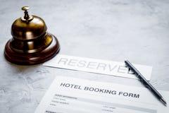 在旅馆招待会石头书桌背景的保留形式 图库摄影