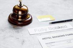 在旅馆招待会石头书桌背景的保留形式 库存照片