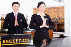 在旅馆服务台的中国亚洲招待会队 免版税库存照片