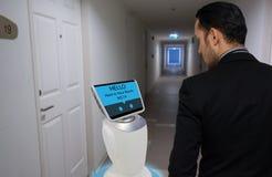 在旅馆概念的机器人, 免版税库存照片