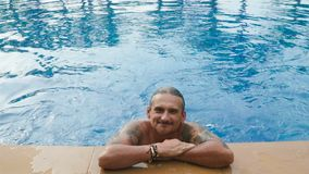 在旅馆水池的人游泳 股票视频
