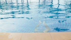 在旅馆水池的人游泳 股票录像