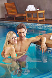 在旅馆游泳池的夫妇  库存图片