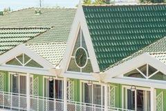 在旅馆的屋顶的街道时钟在Kranevo,保加利亚 免版税图库摄影