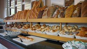 在旅馆自助餐的面包显示 免版税库存图片