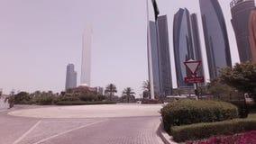 在旅馆酋长管辖区宫殿附近的汽车旅行阿布扎比股票英尺长度录影的 股票视频