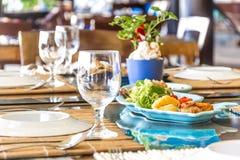 在旅馆里制表在室外咖啡馆,小餐馆,夏天的设定 免版税图库摄影