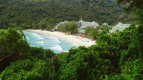 在旅馆附近的海滩 免版税库存图片