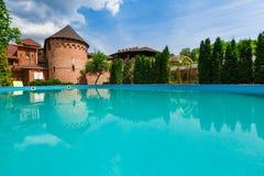 在旅馆附近的豪华游泳池 免版税库存照片