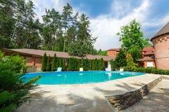 在旅馆附近的豪华游泳池 库存照片