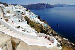 在旅馆附近的马赛克楼梯在圣托里尼海岛,基克拉泽斯,希腊 库存照片