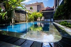 在旅馆附近的水池 免版税库存图片