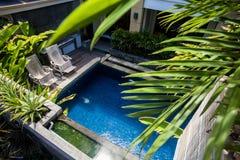 在旅馆附近的水池 免版税库存照片
