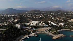 在旅馆顶部的别墅海滩的 海湾的海视图 鸟瞰图 4K 股票录像