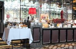 在旅馆餐馆的自助餐柜台  免版税库存图片