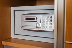 在旅馆` s衣橱的电子保险柜 库存照片