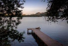 在旋律Lagoa da康塞桑-弗洛里亚诺波利斯,圣卡塔琳娜州,巴西da Lagoa地区的木码头  免版税库存照片