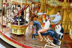 在旋转木马的愉快的夫妇在巴黎 免版税库存照片