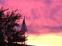 在旗子后的日落 免版税库存照片