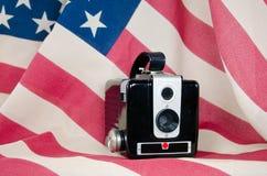 在旗子的老照相机 免版税库存照片