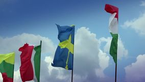 在旗杆的各种各样的旗子:瑞典,匈牙利语,意大利语,罗马尼亚语 瑞典,意大利 股票视频