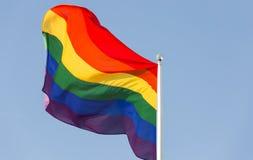在旗杆的彩虹旗子 库存照片