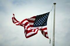 在旗杆的美国国旗 库存图片