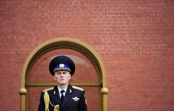 在无名英雄墓的俄国军事仪仗队,克里姆林宫,俄语 图库摄影