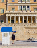 在无名英雄墓的Evzone卫兵前面,雅典,希腊 免版税库存图片