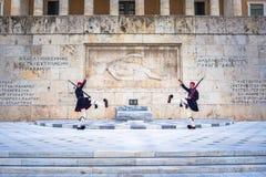 在无名英雄墓的Evzones结构体正方形的前面 免版税库存图片