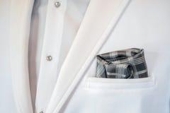 在无尾礼服口袋的格子花呢披肩手帕 免版税图库摄影